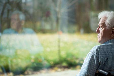an elderly person: Hombre discapacitado sufre de la soledad en la vejez