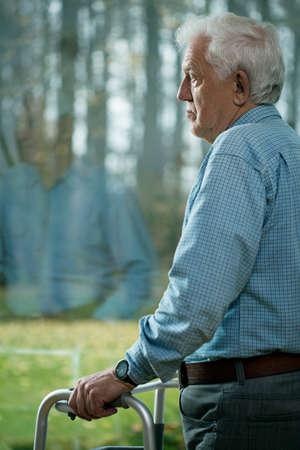 marcheur: Senior homme souffrant de d�pression chez les personnes �g�es