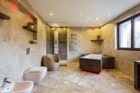 大理石の床と新しい高級浴室の写真 写真素材