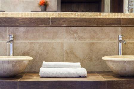 きれいな白い大理石の棚の上のタオルの折り 写真素材 - 37876940