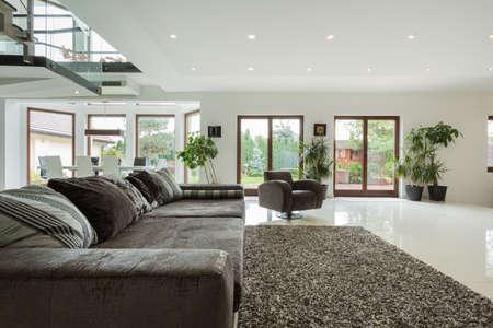 Lujo gran sala de estar con vistas al jardín Foto de archivo