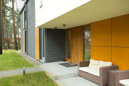 戸建の家の前の柳細工の家具