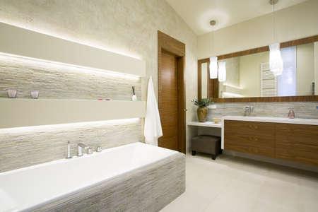 Ligbad en wastafel in een moderne badkamer interieur Stockfoto