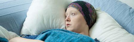 leucemia: Chica joven con cáncer en cama de hospital Foto de archivo
