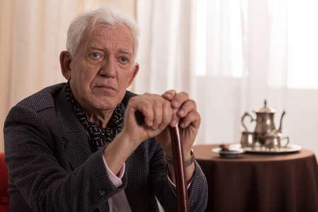 Portret van trieste oude zakenman die lijden aan eenzaamheid