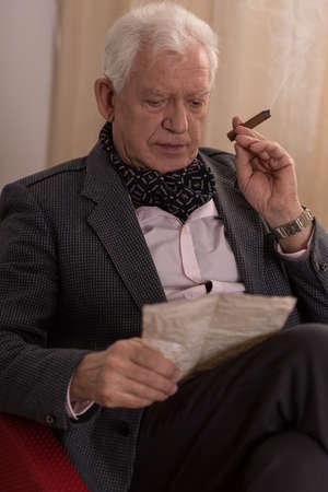 hombre millonario: Triste millonario solitario de leer la carta de edad, de un amante