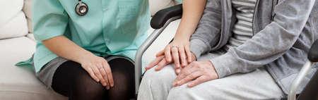 damas antiguas: Doctos con estetoscopio apoyo discapacitados se�ora en silla de ruedas Foto de archivo