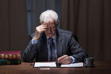 hombre solitario: Imagen del viejo solitario de negocios que trabajan en la noche
