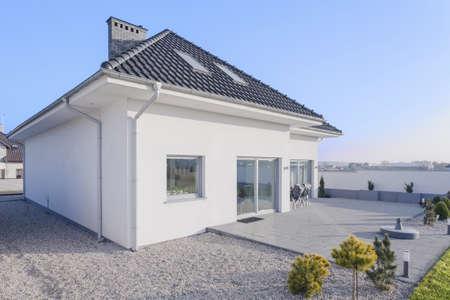 Vista exterior de la belleza vivienda unifamiliar Foto de archivo - 37977673
