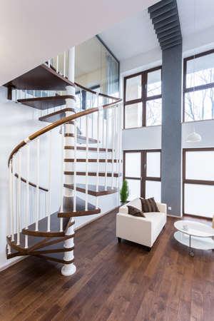 escalera: Primer plano de una escalera de caracol en la mansi�n de lujo