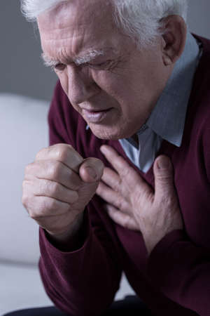 高齢者の病気のひどい呼吸困難を持つ男