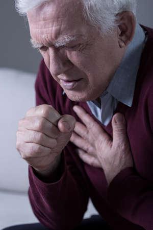 Malade personnes âgées avec une terrible dyspnée Banque d'images - 38044815