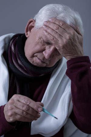 fiebre: Hombre enfermo de m�s edad con fiebre alta y dolor de cabeza