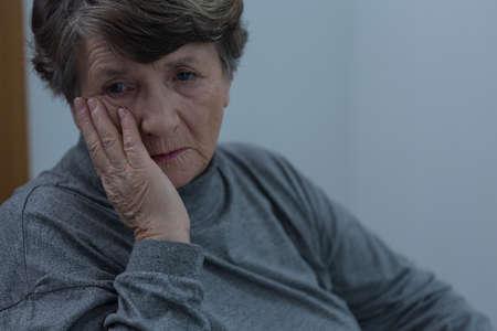 mujeres mayores: Retrato de la mujer mayor sufrimiento para la depresi�n Foto de archivo