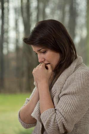 terapia psicologica: Mujer bonita joven solitaria pensar en su problema Foto de archivo