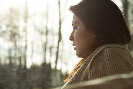 Close-up van jonge depressieve schreeuwende vrouw zit alleen