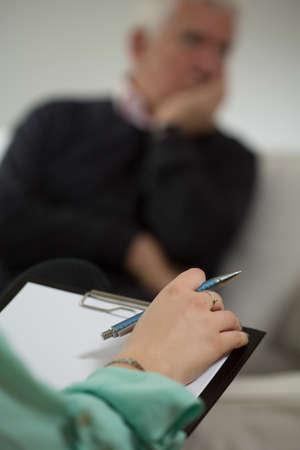 ノートを作る女性心理学者のクローズ アップ