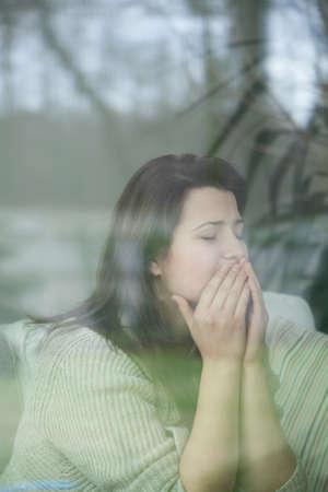 n�vrose: Image � travers le verre de jeune femme avec la d�pression