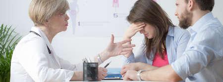 Onvruchtbare paar tijdens controle bezoek bij gynaecoloog Stockfoto - 38153286
