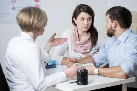 Huwelijk paar betalen voor dure vruchtbaarheidsbehandelingen Stockfoto
