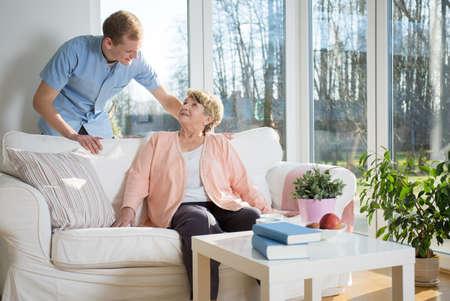 empleadas domesticas: Enfermero de preocuparse por paciente en el hogar Foto de archivo