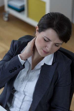 sedentary: Empresaria que lleva a dolor de cuello estilo de vida sedentario que tiene Foto de archivo