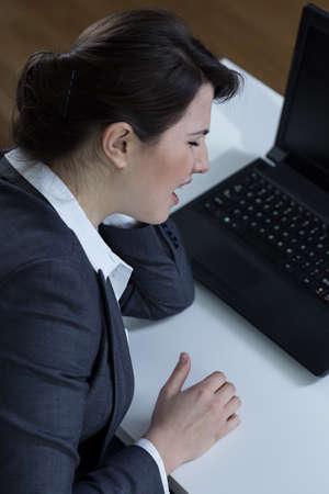 sedentary: Empleado de oficina que lleva un estilo de vida sedentario sentada en el escritorio Foto de archivo