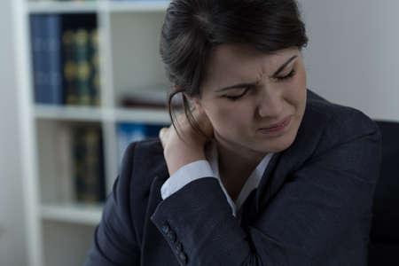 sedentario: Empresaria que tiene dolor de espalda causado por el trabajo sedentario