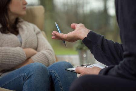 ansiedad: Primer plano de psicólogo anciano haciendo una pregunta a su paciente Foto de archivo