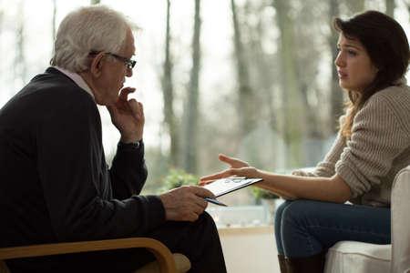 n�vrose: Jeune femme se lamentant de son psychologue personnes �g�es