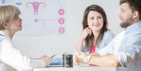 in vitro: Pareja joven durante la visita en la oficina ginecológica