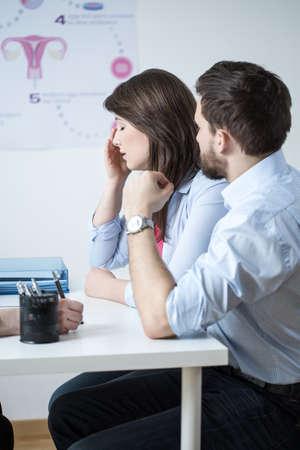 in vitro: Joven pareja casada que tienen problemas que visitan ginecólogo