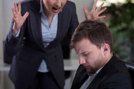 personne en colere: Patron Femme crier � l'employ� au travail