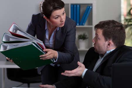 patron: Vista del jefe dando empleado m�s trabajo