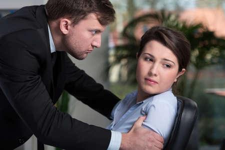 violence in the workplace: La mujer tiene problemas en la oficina, horizontal