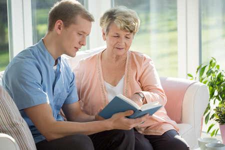 tercera edad: Hombre asistente de cuidado de ancianos cuidado sobre anciana