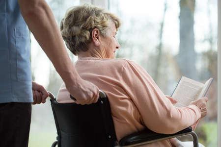 discapacidad: Libro de lectura para discapacitados en casa de retiro Foto de archivo