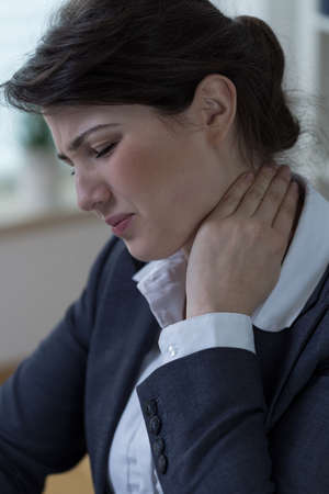 sedentario: Retrato de trabajador de oficina que tiene dolor de cuello femenino Foto de archivo