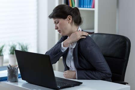 cervicales: Empresaria que lleva vida sedentaria provoca el dolor de espalda Foto de archivo