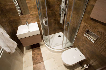 canicas: Vista desde la parte superior del pequeño cuarto de baño con azulejos de color marrón
