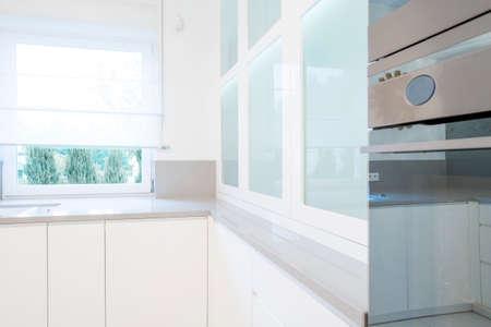 cuisine fond blanc: Interior of bright and white kitchen, horizontal