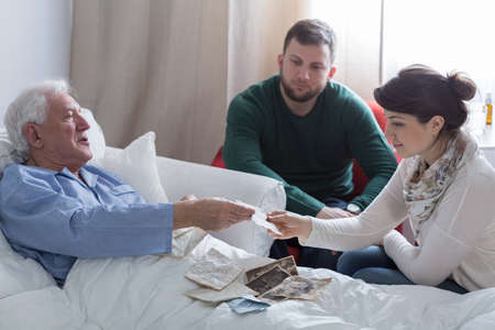 Terminal padre enfermo recordar el pasado con los niños Foto de archivo - 38232887