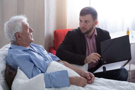 Terminale patiënt te praten met de notaris over zijn laatste wil