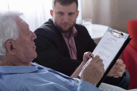 Patiënt leed voor terminale kanker ondertekening van het testament Stockfoto - 38232892