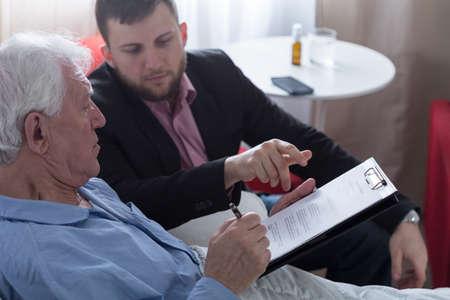 Terminaal zieke senior ondertekening testament