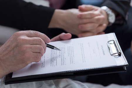 firmando: Primer plano de la última voluntad y testamento documento Foto de archivo