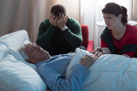 hospitales: Imagen de morir el hombre y desesperados niños Foto de archivo