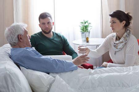 paciente: Los ni�os que cuidan sobre el padre con c�ncer terminal