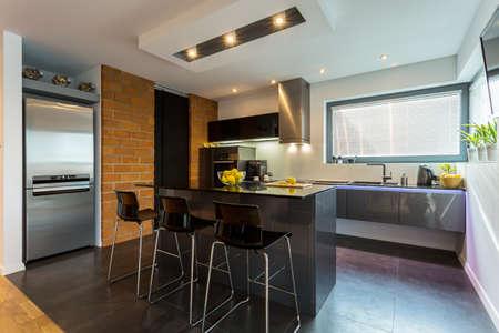 モダンなアパートメントのキッチンとダイニング エリア 写真素材