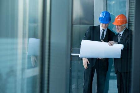 ingeniero: Vista horizontal de ingenieros hablando de proyecto